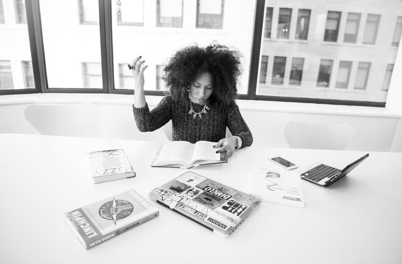vrouwelijke-ondernemer-met-handen-in-het-haar-digidames